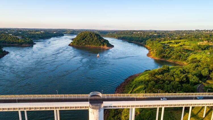 Ponte da Amizade vista de cima, do rio e do kattamaram