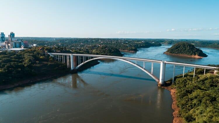 Ponte da Amizade vista lateral e do rio